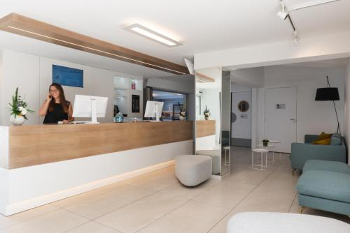 The lobby or reception area at Kyriad Montpellier Sud - A709