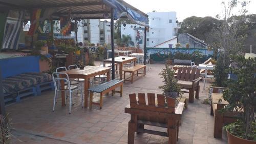 Un restaurant u otro lugar para comer en La Covacha Hostel