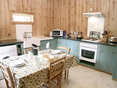 A kitchen or kitchenette at Stuffer'S Cottage