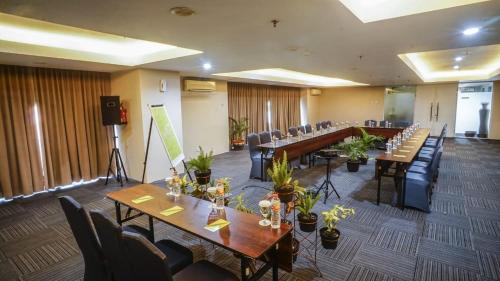 A restaurant or other place to eat at Whiz Hotel Pemuda Semarang