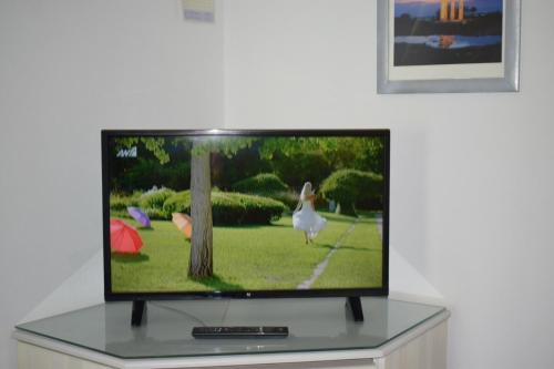 Телевизия и/или развлекателен център в Kalathos Sun Hotel