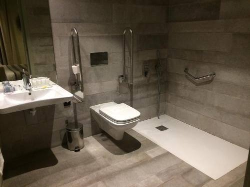 A bathroom at Cathedral Suites Hotel