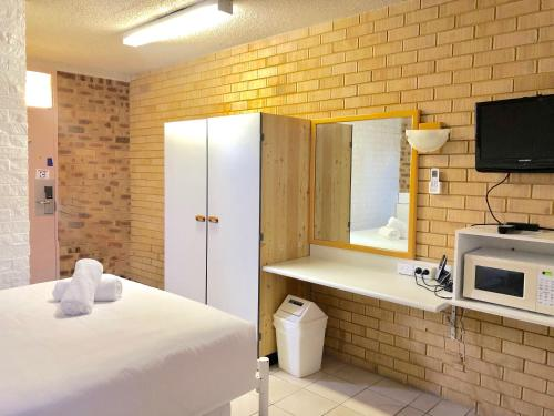 A television and/or entertainment center at Marco Polo Motor Inn Sydney