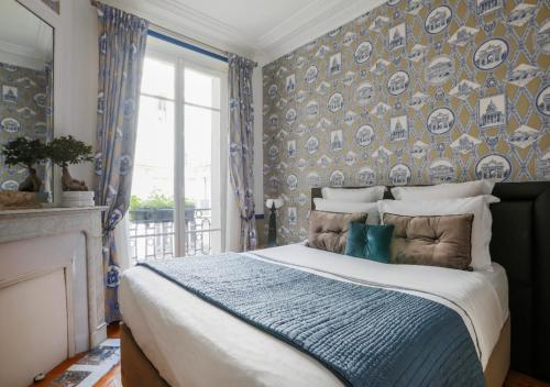 A bed or beds in a room at La Chambre Parisienne - B&B