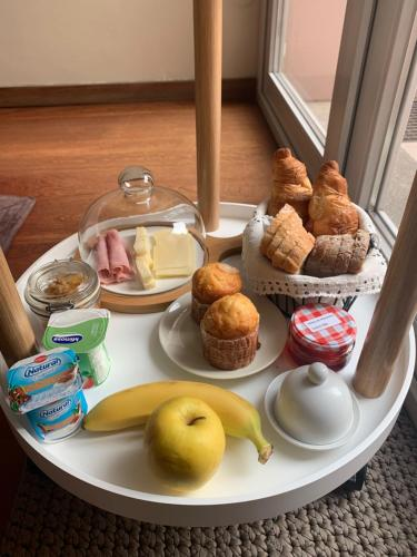 Breakfast options available to guests at Book House