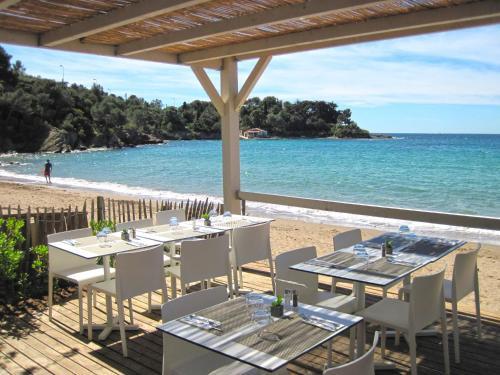 A restaurant or other place to eat at Résidence Agathos (un jardin sur la plage)