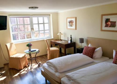 A bed or beds in a room at HEINRICHs winery bed & breakfast