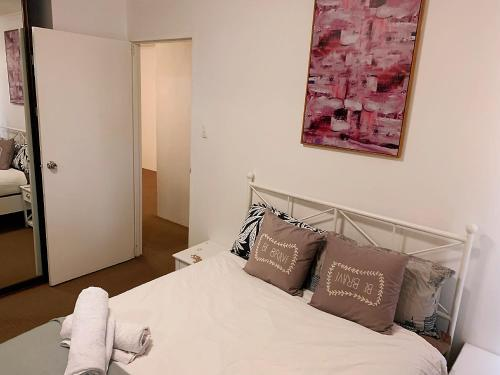A bed or beds in a room at Cozy living in Darling Harbour with Free Parking
