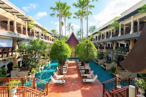 المسبح في Burasari Phuket Resort & Spa أو بالجوار