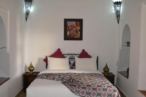 A bed or beds in a room at Riad Bayti