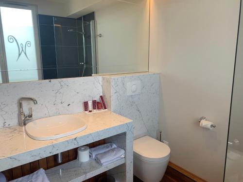 Salle de bains dans l'établissement Aux waterzooi Hôtel Merveilleux côté port