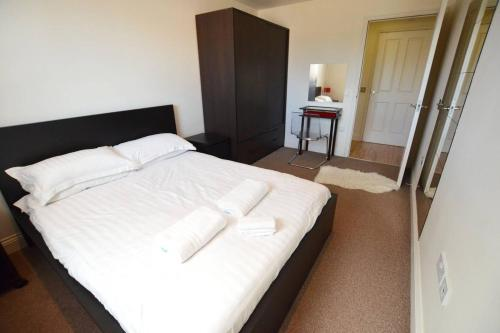 A bed or beds in a room at The Heart of Southampton at 18East - Balcony View