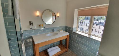 A bathroom at The Boathouse Inn & Riverside Rooms