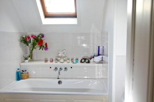A bathroom at Airlie House Self Catering