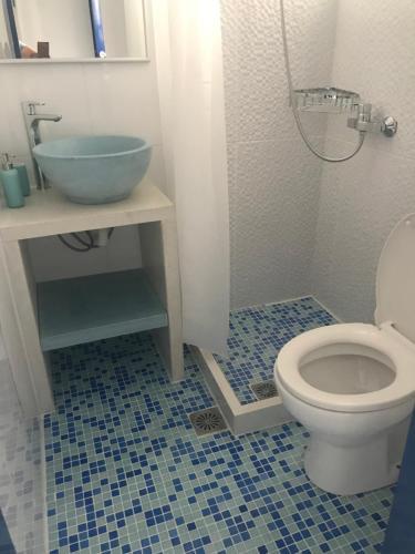 A bathroom at Psaras Apartments