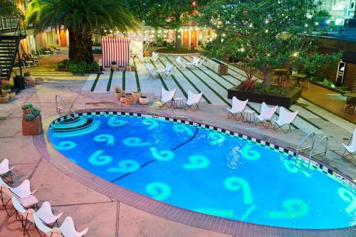 Vue sur la piscine de l'établissement Phoenix Hotel ou sur une piscine à proximité