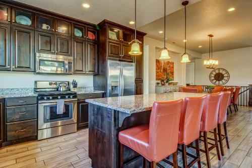 A kitchen or kitchenette at Hidden Treasure: Paradise Village #15