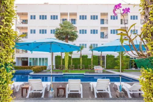 Бассейн в Sungthong Kamala Beach Resort или поблизости