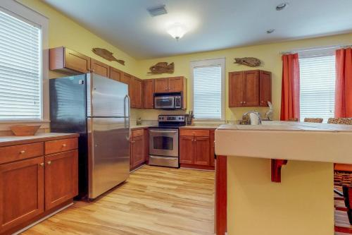 A kitchen or kitchenette at Barefoot Cottages #B28