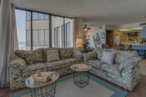 A seating area at Sunbird #307W