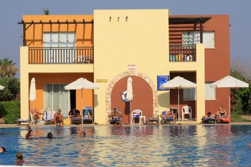 Бассейн в Panas Holiday Village или поблизости