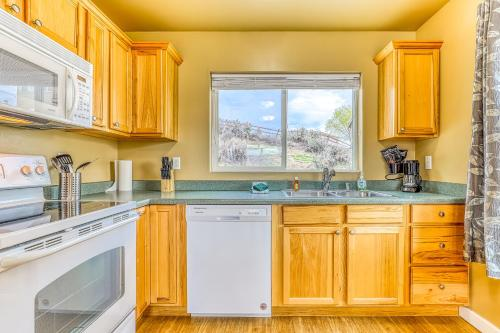 A kitchen or kitchenette at Lakeview Villa #809