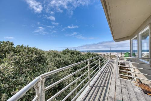 A balcony or terrace at Coast Haven - 2 Bed 2 Bath Vacation home in Bandon Dunes
