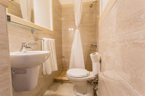 A bathroom at Hapi Hotel