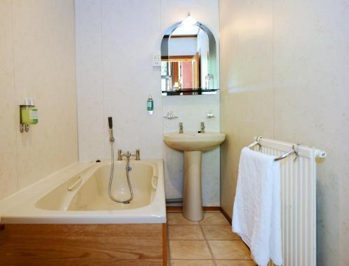 A bathroom at Ardlui Hotel