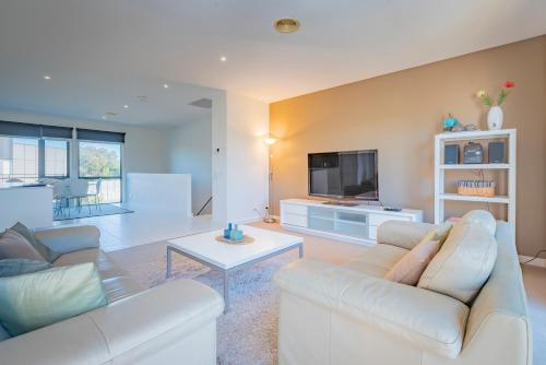 A seating area at Stylish 3 Bedroom Condo