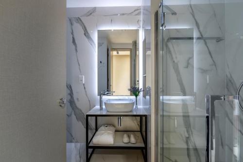 A bathroom at Maralia Hotel