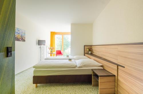 Ein Bett oder Betten in einem Zimmer der Unterkunft Ammerseehäuser