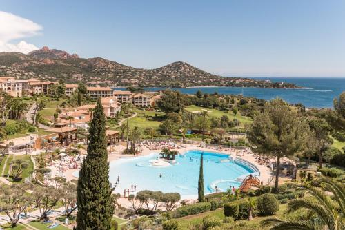 A view of the pool at Hôtel de l'Esterel or nearby