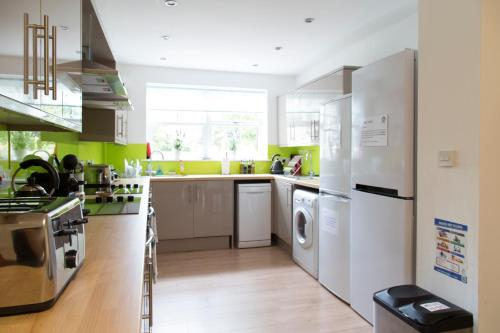 A kitchen or kitchenette at Cambridge City Rooms by Paymán Club