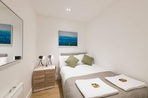 Sterling Modern Apartment, Brentwood with Netflix & Amazon Music