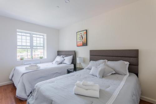 A bed or beds in a room at Flushing Main Street Apt, near LGA JFK US OPEN CITIFIELD NY-4