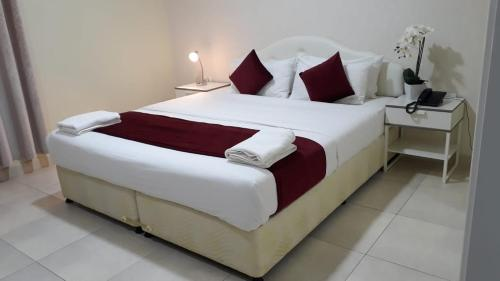 A bed or beds in a room at Al Jisr Hotel