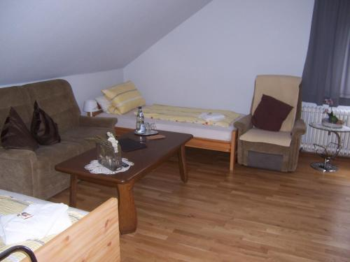 Ein Sitzbereich in der Unterkunft Gästehaus Schneider