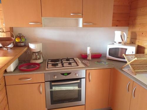 Cuisine ou kitchenette dans l'établissement Chalet des Grands Prés