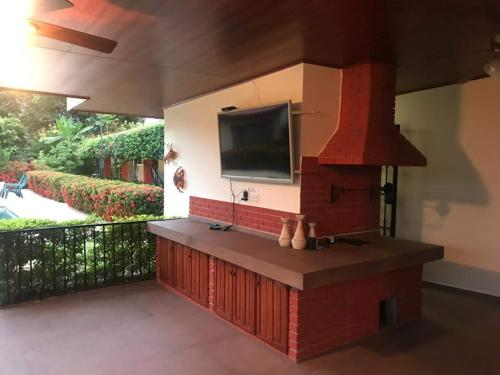 A television and/or entertainment center at Casa de Los Suenos B&B Coronado Panama