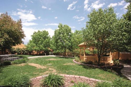 A garden outside La Quinta by Wyndham Colorado Springs South AP