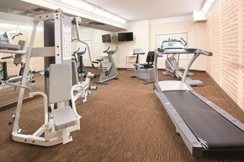 The fitness centre and/or fitness facilities at La Quinta by Wyndham Colorado Springs South AP