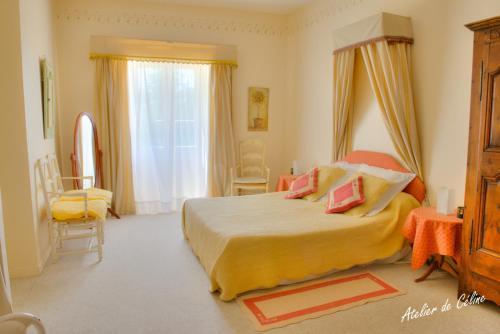 A bed or beds in a room at Le Castel du Mont Boisé