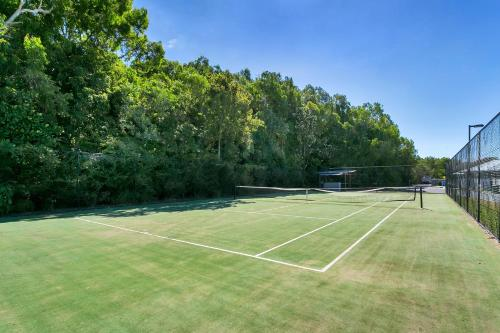 Tennis and/or squash facilities at Isle Be Back Trinity Beach Waterfront Brand New Luxury House With Pool or nearby