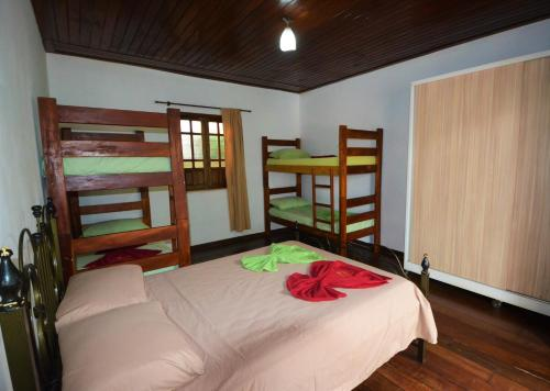 A bunk bed or bunk beds in a room at Doce Lar Hospedaria