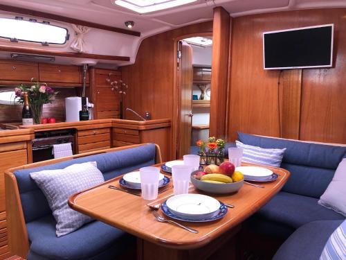 Ein Restaurant oder anderes Speiselokal in der Unterkunft Yacht and the City