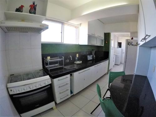 A kitchen or kitchenette at Fort Melody Aldeota By DM Apartments