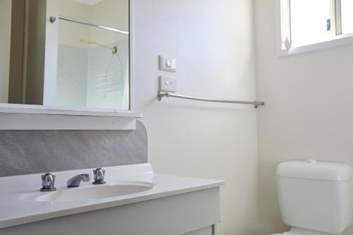 A bathroom at Hat Head Holiday Park