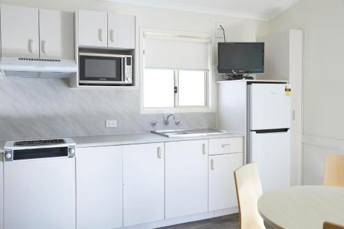 A kitchen or kitchenette at Hat Head Holiday Park
