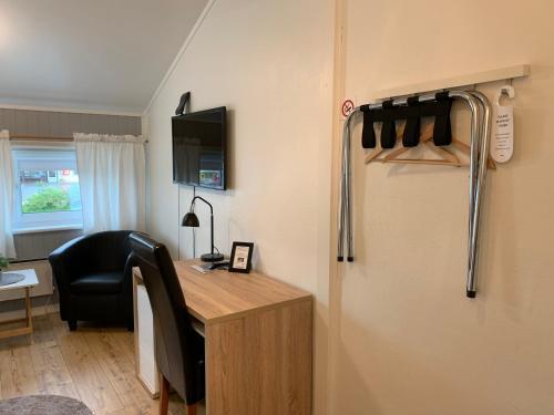 En TV eller et underholdningssystem på Båtsfjord Polar Hotell